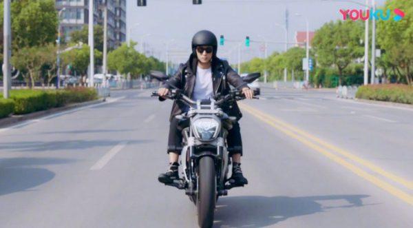ดาราชายจีนในมาดไบค์เกอร์ - หวงจิ่งอวี๋ - Huang Jingyu - Johnny Huang - Love Advanced Customization - ออกแบบรักฉบับพิเศษ - ซ่งหลิ่น